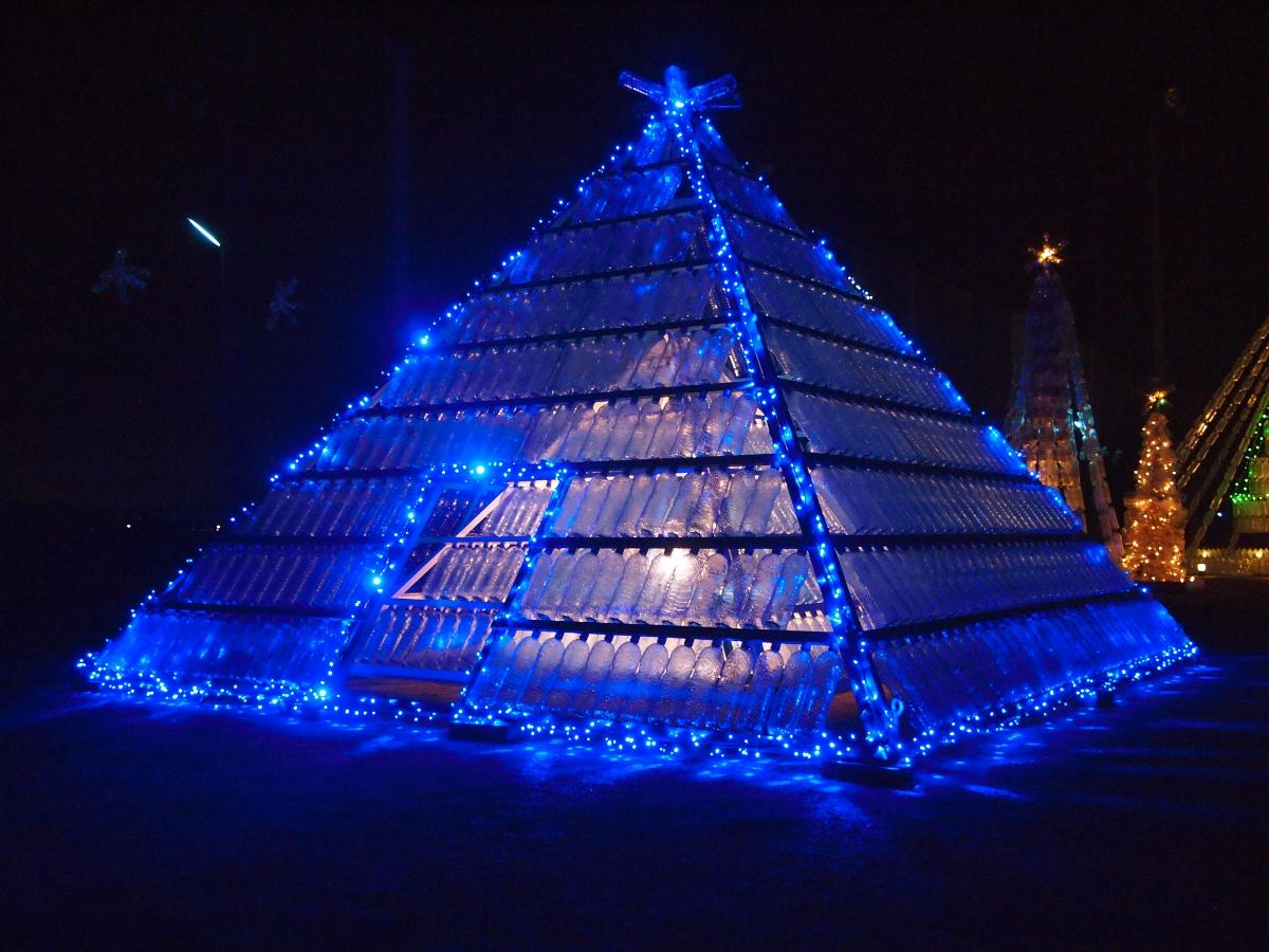 今年から新しく追加されたペットボトルピラミッド!青いイルミネーションがキレイでした!