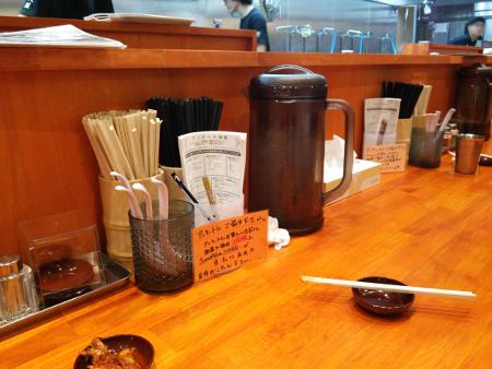 店内は明るく綺麗な木製テーブル。カウンターとテーブル席あります。