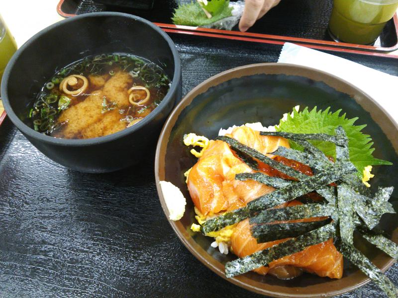 和歌山県の新鮮な魚介類による海鮮丼